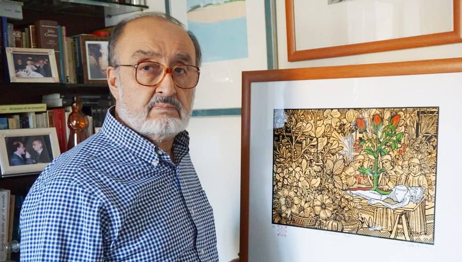 Sergio Macías con el grabado de Luis Cabrera (Foto de Raúl Hernández)